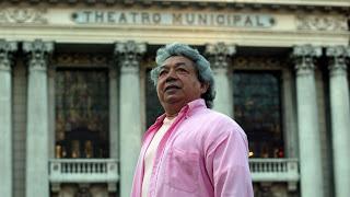 Joaozinho Trinta with Teatro Municipal behind him