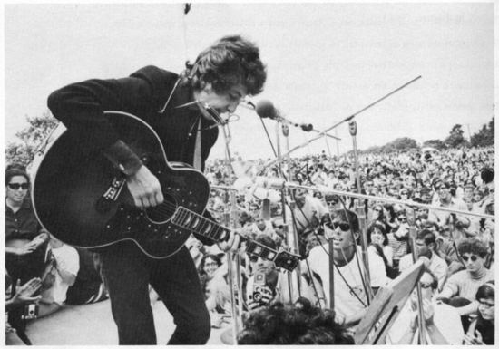 Dylan at the Newport Folk Festival, July 24, 1965 (rirocks.net)
