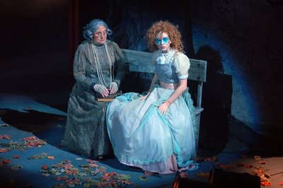 Old Stepmother (Ida Gomes) & Clara (Marina Ruy Barbosa)