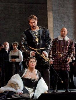 Anna Netrebko as Anne Boleyn, with Ildar Abdrazakov as Henry VIII in Anna Bolena