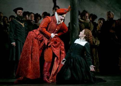 Elza van den Heever as Queen Elizabeth I, with Joyce DiDonato as Mary Stuart in Maria Stuarda