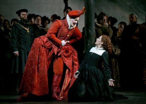 Elza van den Heever as Queen Elizabeth I, with Joyce DiDonato as Mary Stuart in Maria Stuarda