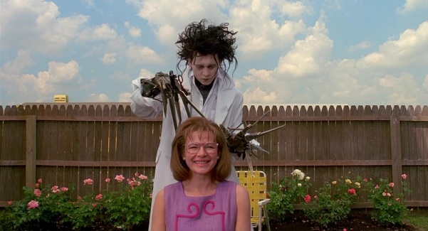 Edward (Johnny Depp) gives Peg Boggs (Dianne Wiest) a haircut