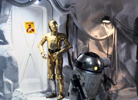 C-3PO & R2-D2 in the underground rebel base