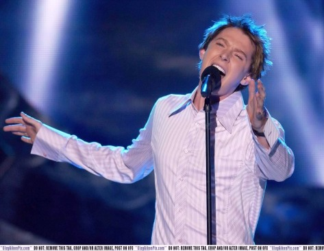 Clay Aiken belting it out to the rafters