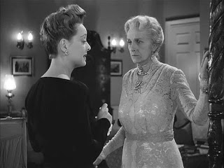 Charlotte Vale (Bette Davis ) confronts her domineering mother (Gladys Cooper)