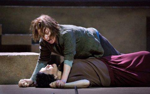 Thr sisters Elektra (Nina Stemme) & Chrysothemis (Adrianne Cieczonka) werestling with their problems
