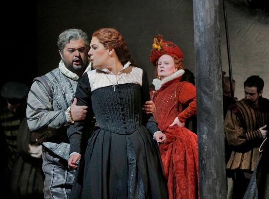 Leicester (Celso Albelo) tries to spare Maria Stuarda (Sondra Radvanovsky) from Queen Elizabeth's wrath (Elza van den Heever)