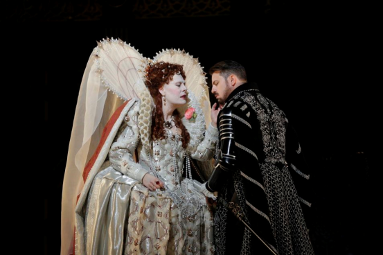 Queen Elizabeth (Radvanovsky) pitches some woo at Robert, Earl of Essex (Matthew Polenzani) in Roberto Devereux